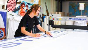 Frau arbeitet an Banner